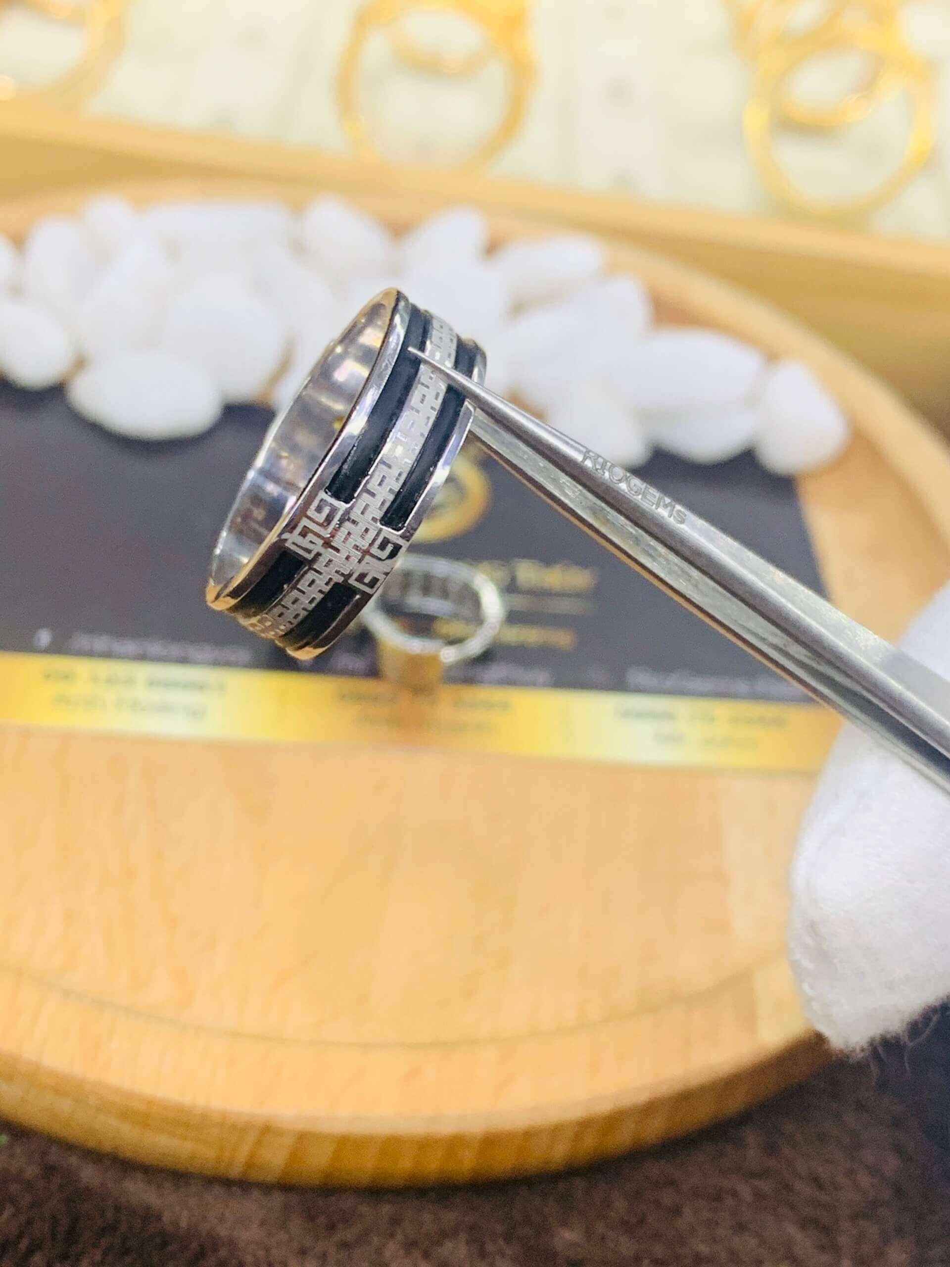 """Chất liệu vàng trắng 18K cao cấp làm """"nền"""" để điểm tô thêm cho chi tiết lông voi và đá Cz cao cấp"""