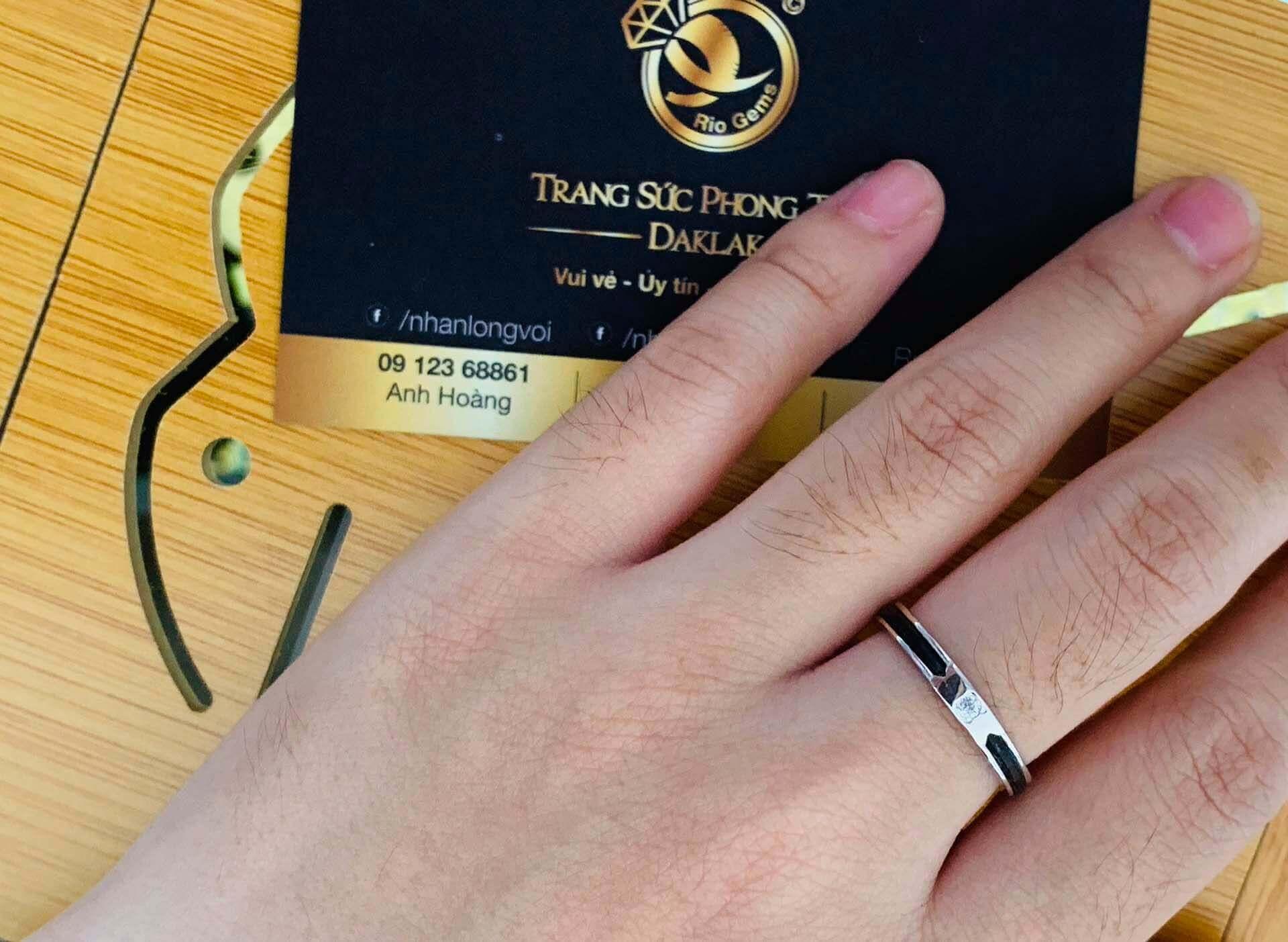 Nhẫn vuông vàng trắng 18K có kiểu dáng vuông vắn hiện đại, thiết kế đơn giản với lông voi đen bắt mắt và đá Cz làm mặt nhẫn