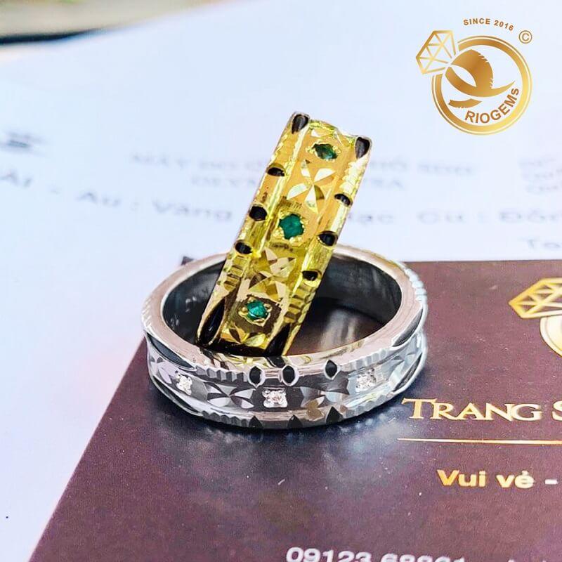 Cặp nhẫn đính 9 viên đá xanh lá Cz luồng 2 viền Lông FAKE đẹp