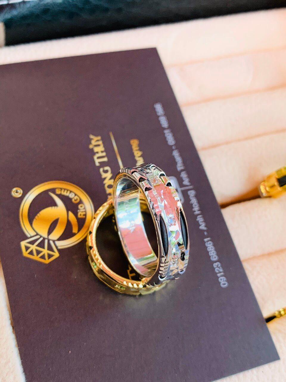 Cặp nhẫn đính 9 viên đá xanh lá Cz tượng trưng cho tình yêu vĩnh cửu