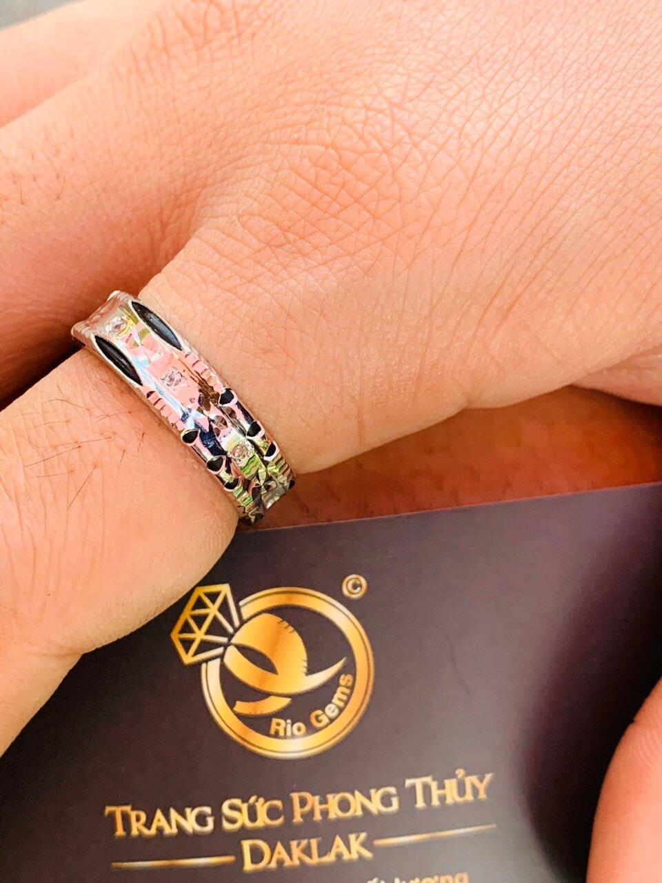 Cặp nhẫn đính 9 viên đá xanh lá Cz được nhiều cặp đôi yêu thích