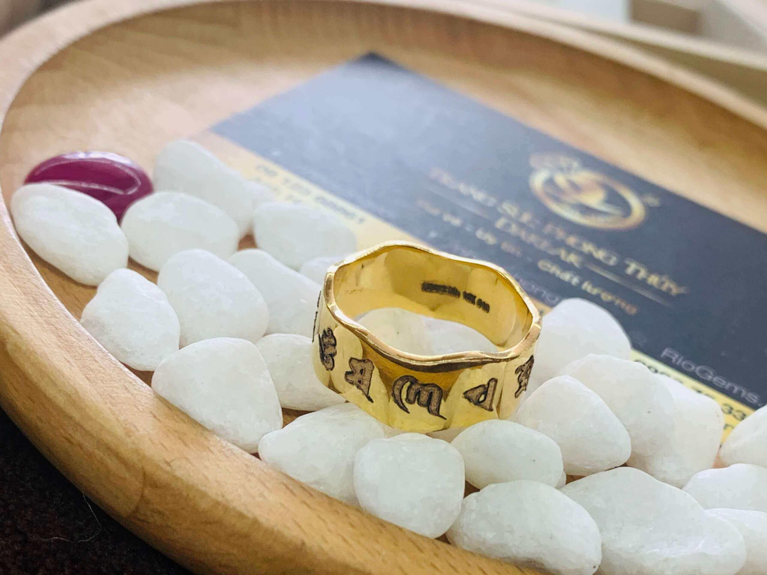 nhẫn Oh Mani Tahi khắc giúp thân thể khỏe mạnh