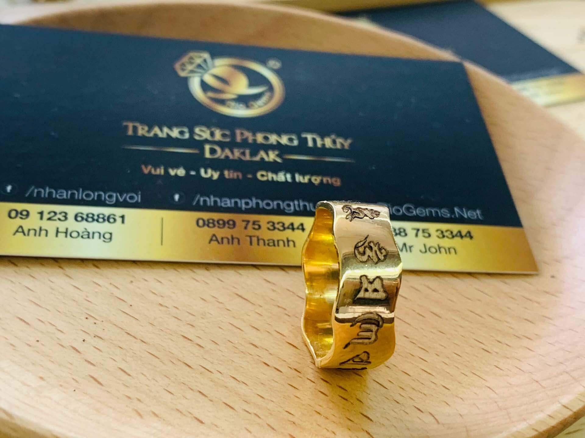 nhẫn Oh Mani Tahi khắc mang lại may mắn cho người đeo