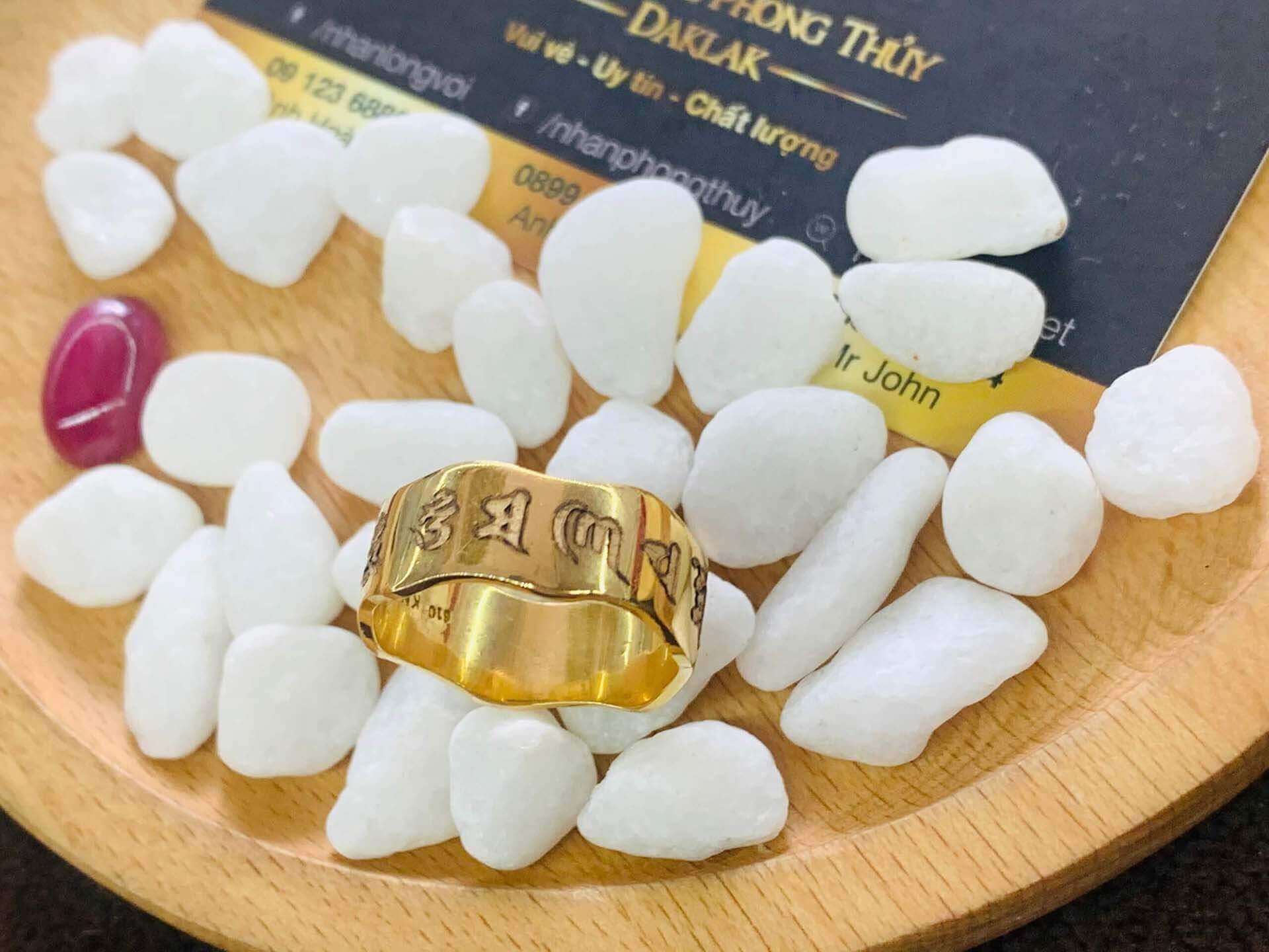 nhẫn Oh Mani Tahi khắc đẹp