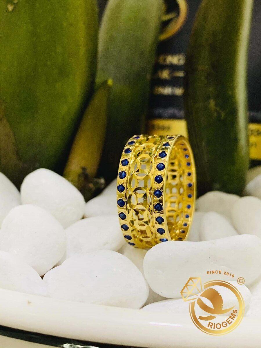 Nhẫn Kim Tiền vàng 18K Múc Bén 2 viền đá xanh dương – Bảng 10mm gia công tinh xảo
