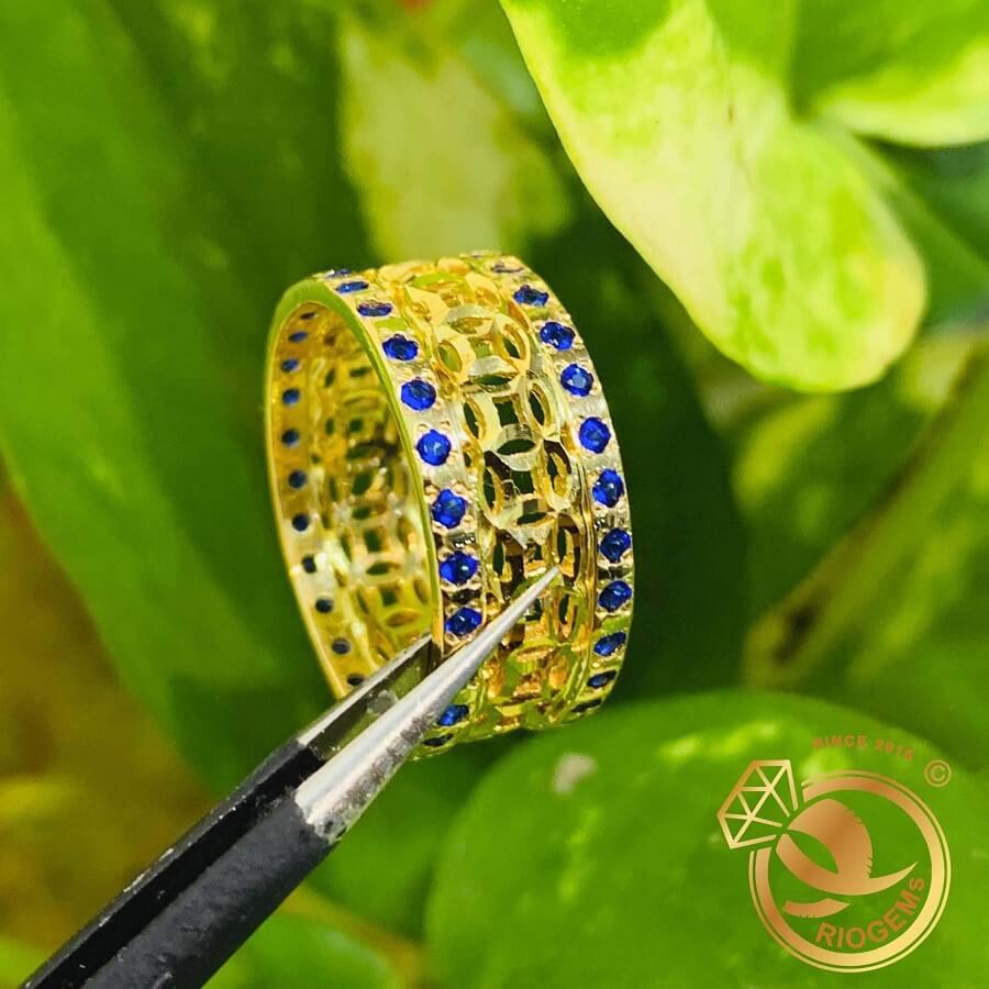 Nhẫn Kim Tiền vàng 18K Múc Bén 2 viền đá xanh dương – Bảng 10mm gia công bởi riogems