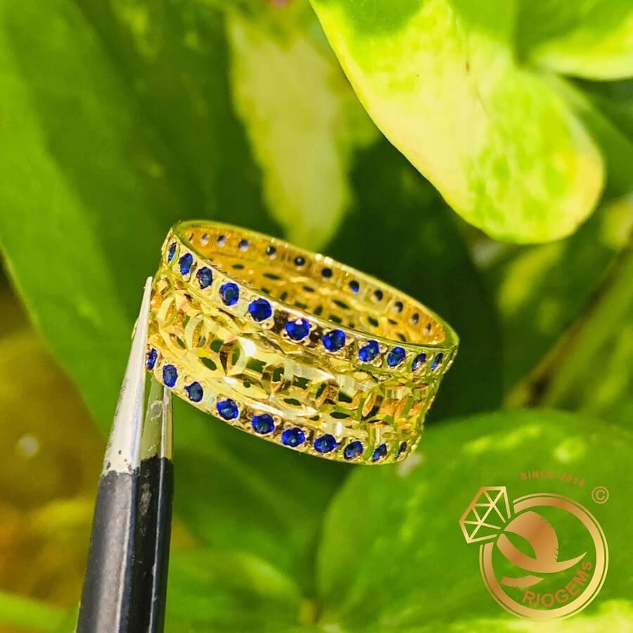 Nhẫn Kim Tiền vàng 18K Múc Bén 2 viền đá xanh dương – Bảng 10mm thiết kế bởi riogems