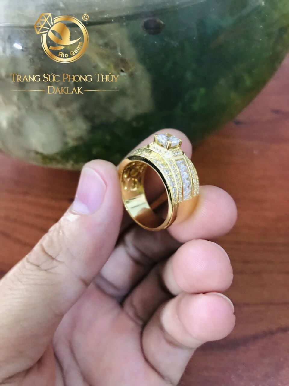 Nhẫn nam vàng đính đá chủ Cz được gia công đẹp mắt và sang trọng