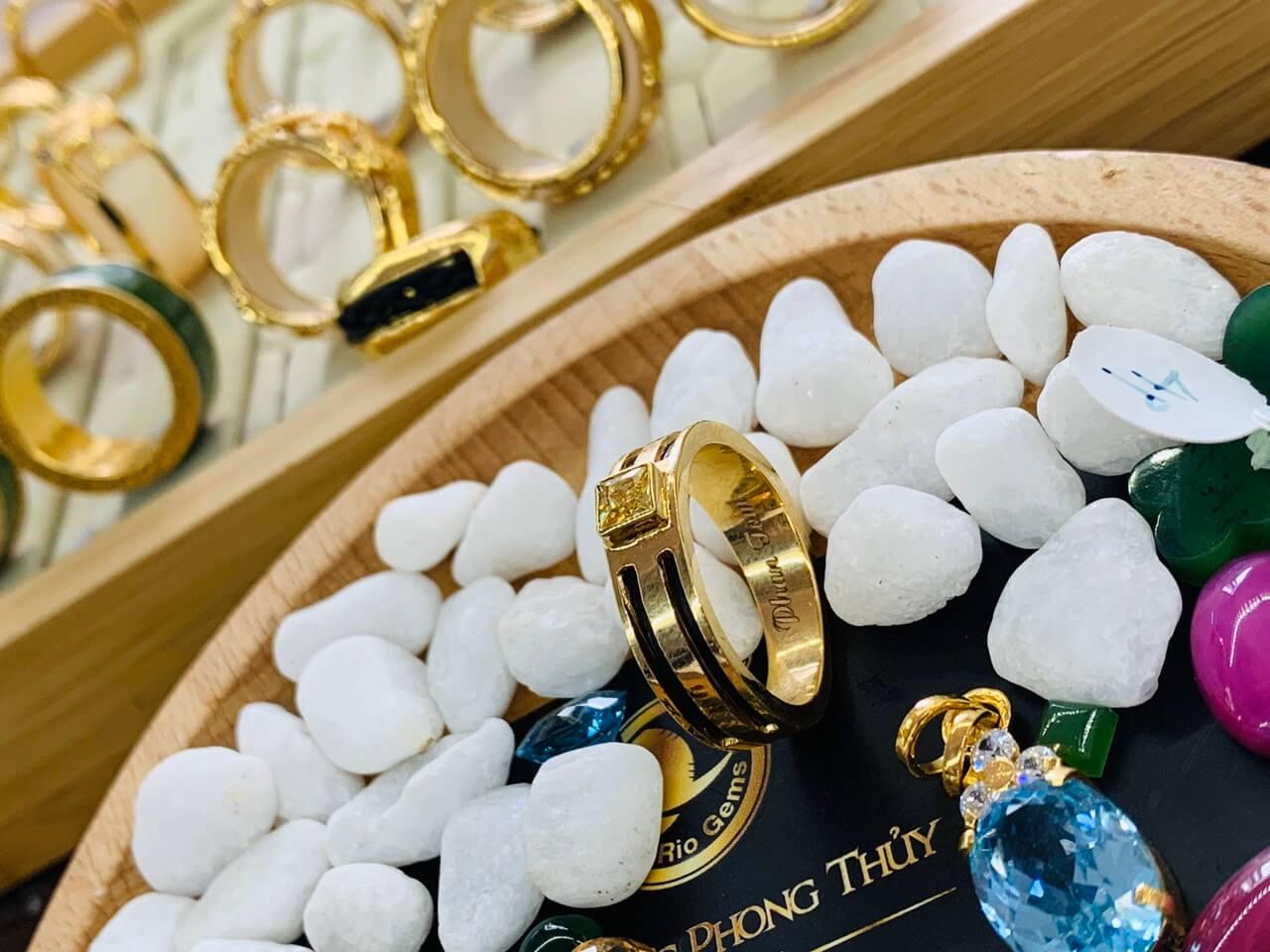 Nhẫn vàng nam mặt đá Cz vàng luồng 2 Lông Voi tại Riogems