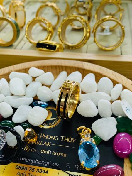 Nhẫn vàng nam mặt đá Cz vàng luồng 2 Lông Voi gia công bởi Riogems
