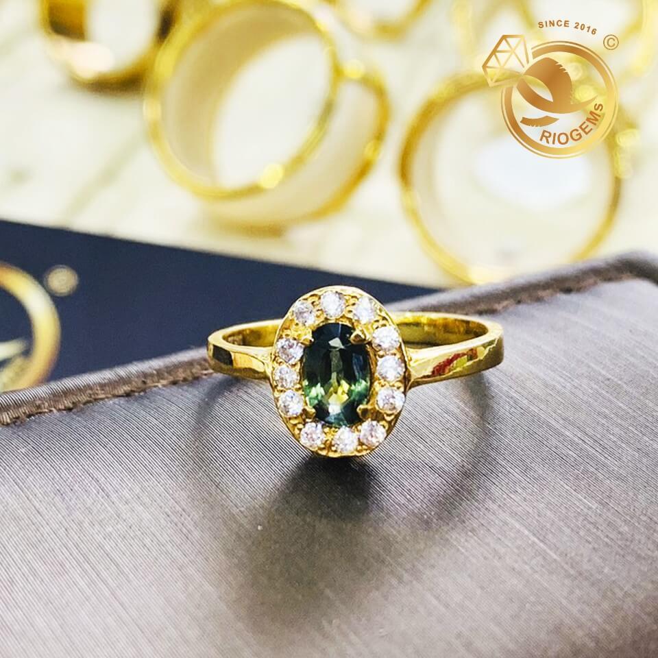 Nhan-nu-vang-dinh-Sapphire-xanh-chuoi-Riogems