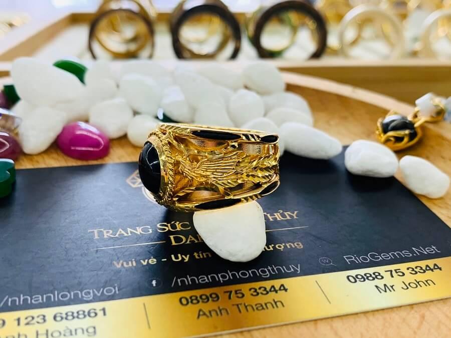 Nhẫn Rồng Phụng vàng 18K chầu ngọc Sapphire đen mang lại may mắn