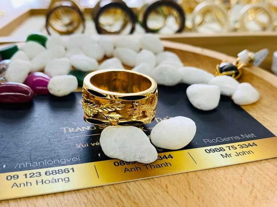 Nhẫn Rồng Phụng vàng 18K chầu ngọc Sapphire đen giá trị cao