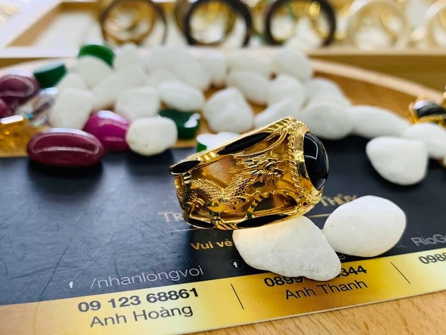 Nhẫn Rồng Phụng vàng 18K chầu ngọc Sapphire đen chất lượng