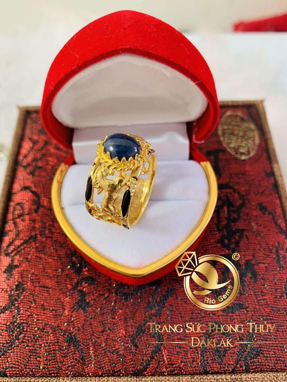 Nhẫn nam VÀNG 18K hình con ngựa chầu Sapphire xanh dương 3,9ct đẹp