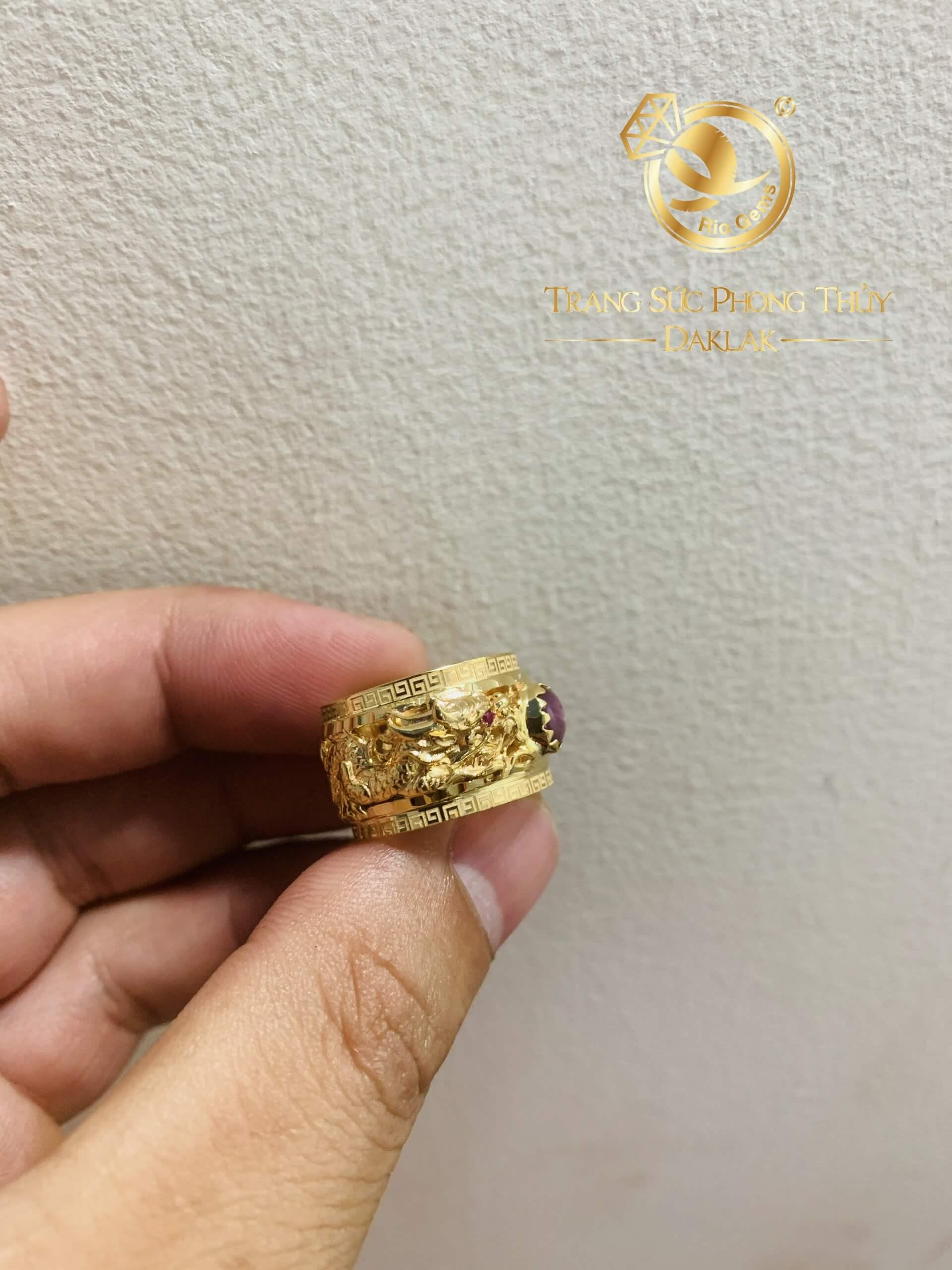 Nhẫn 2 rồng cuộn 3D vàng chầu Ngọc Ruby Yên Bái (vàng 18K, mẫu rồng 3D mới) cuốn hút ánh nhìn