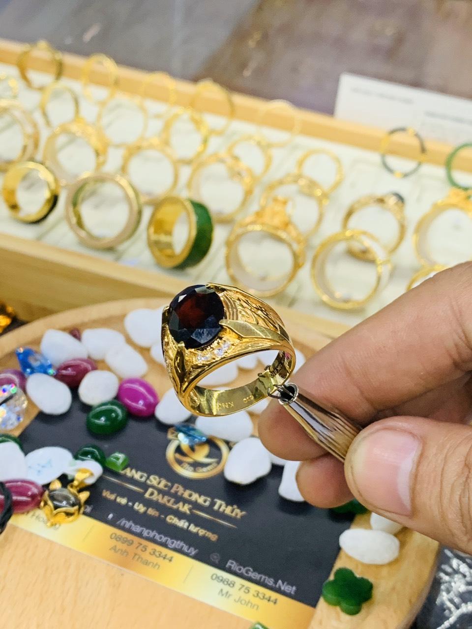 Nhẫn nam chữ LỘC vàng đính ngọc Garnet sang