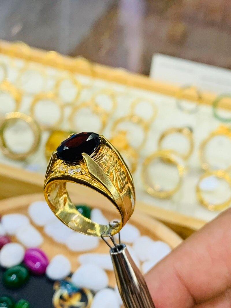 Nhẫn chữ Lộc đính Garnet cắt faceset VÀNG 18K giá trị