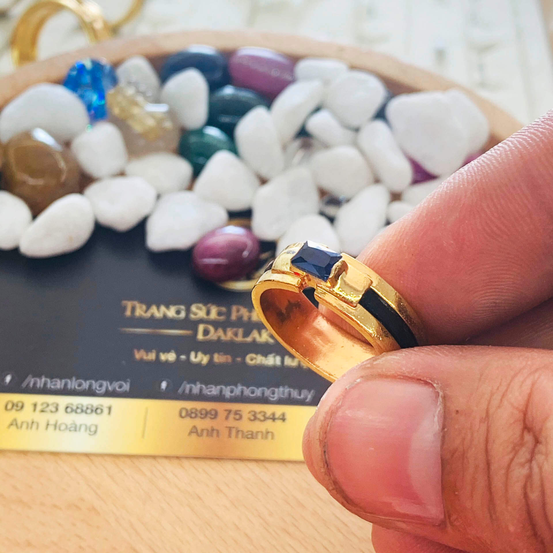 """Nhẫn nam vàng đính đá vuông xanh dương Hero được """"đong đo cân đến"""" kỹ lưỡng để chọn ra cỡ ni tay phù hợp với các ngón cái, giữa, út của nam & nữ"""
