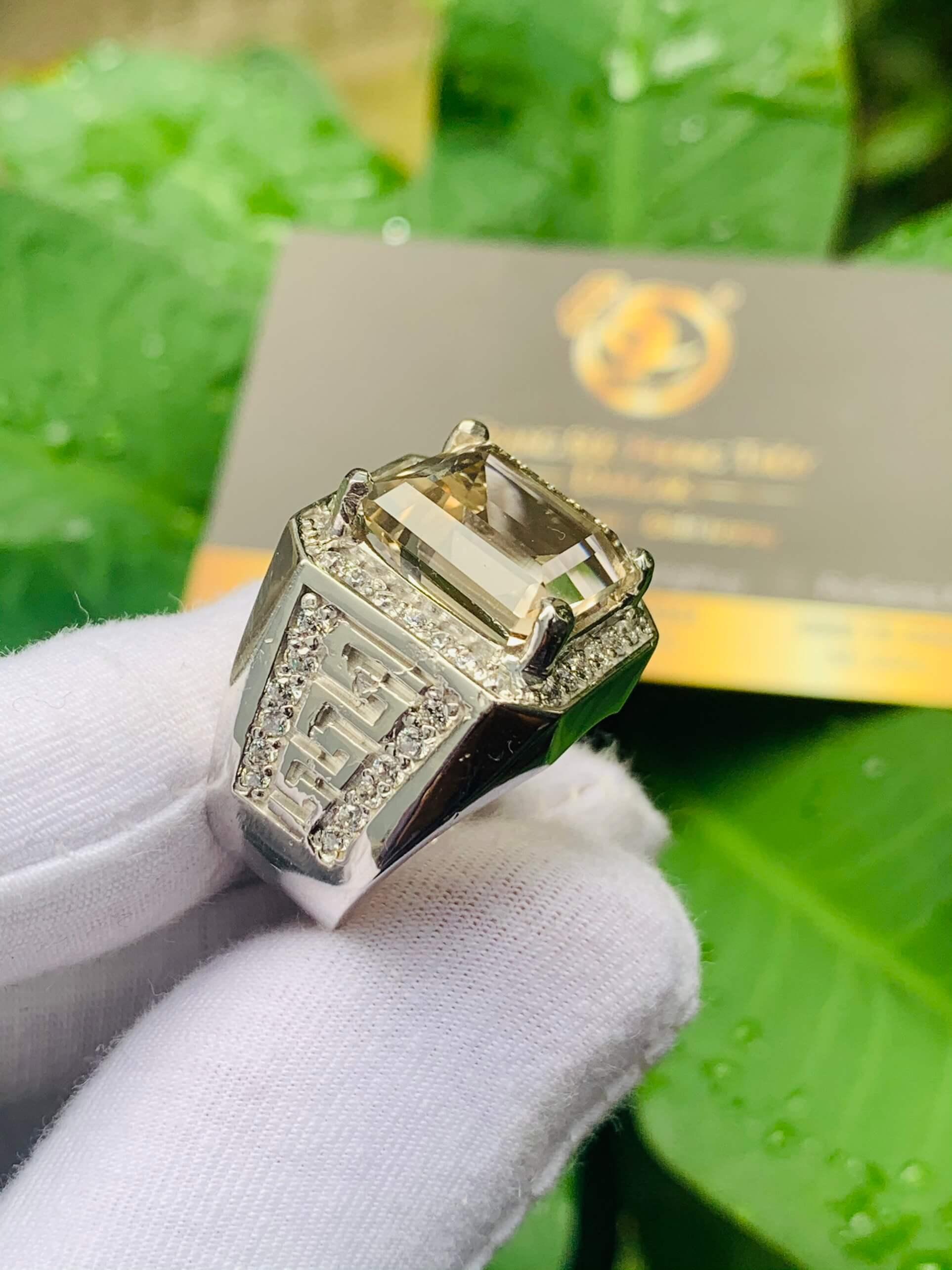 Chiêm ngưỡng nét tinh xảo và quyến rũ của nhẫn nam vàng trắng 18K đính Thạch Anh khói vuông
