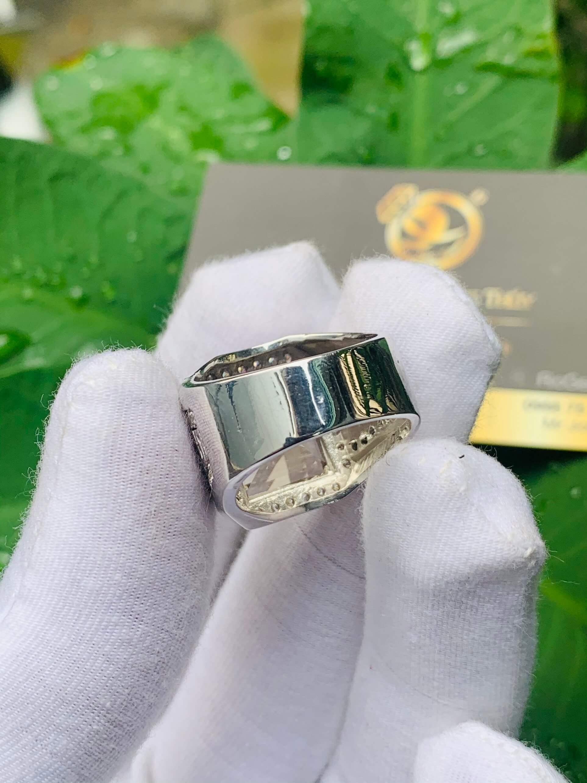 Nhẫn nam vàng đính Thạch Anh khói vuông được tuyển lựa cỡ ni tay phù hợp với ngón cái, ngón giữa