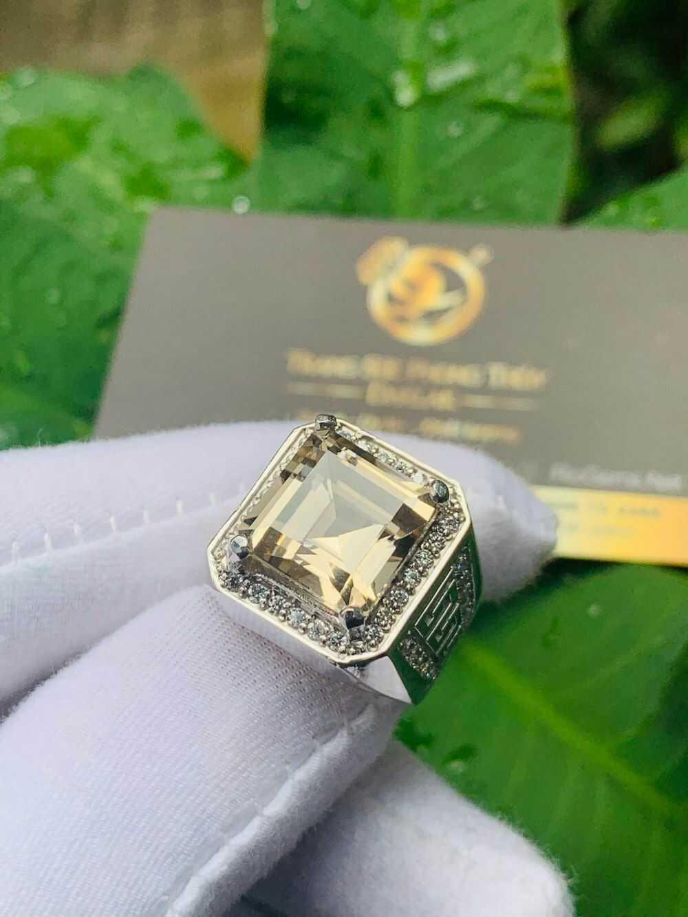 Nhẫn nam vàng 18K đính Thạch Anh khói vuông hợp mệnh kim - thủy