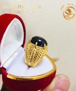 Thiết kế nhẫn 4 chấu ôm trọn lấy đá Sapphire đen tượng trưng cho sự gắn kết, bền chặt