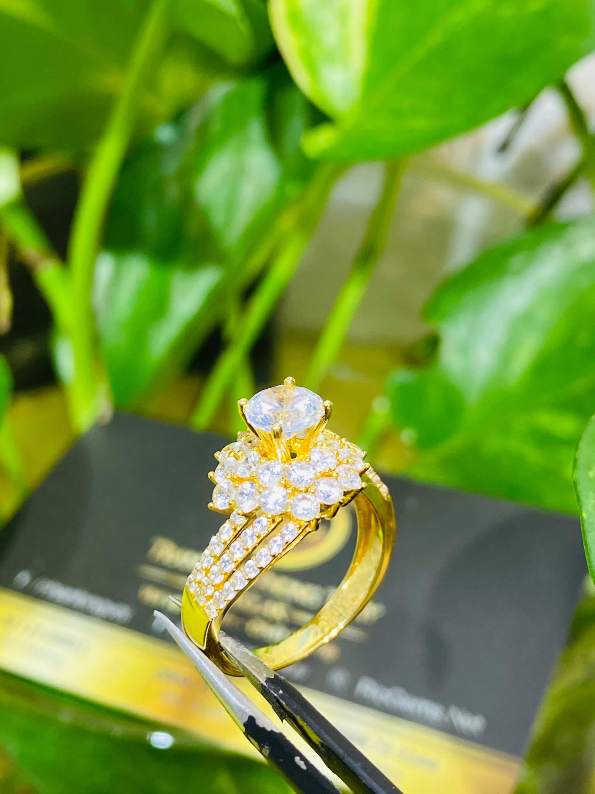 Nhẫn nữ hoàng đính đá Cz trắng phong thủy