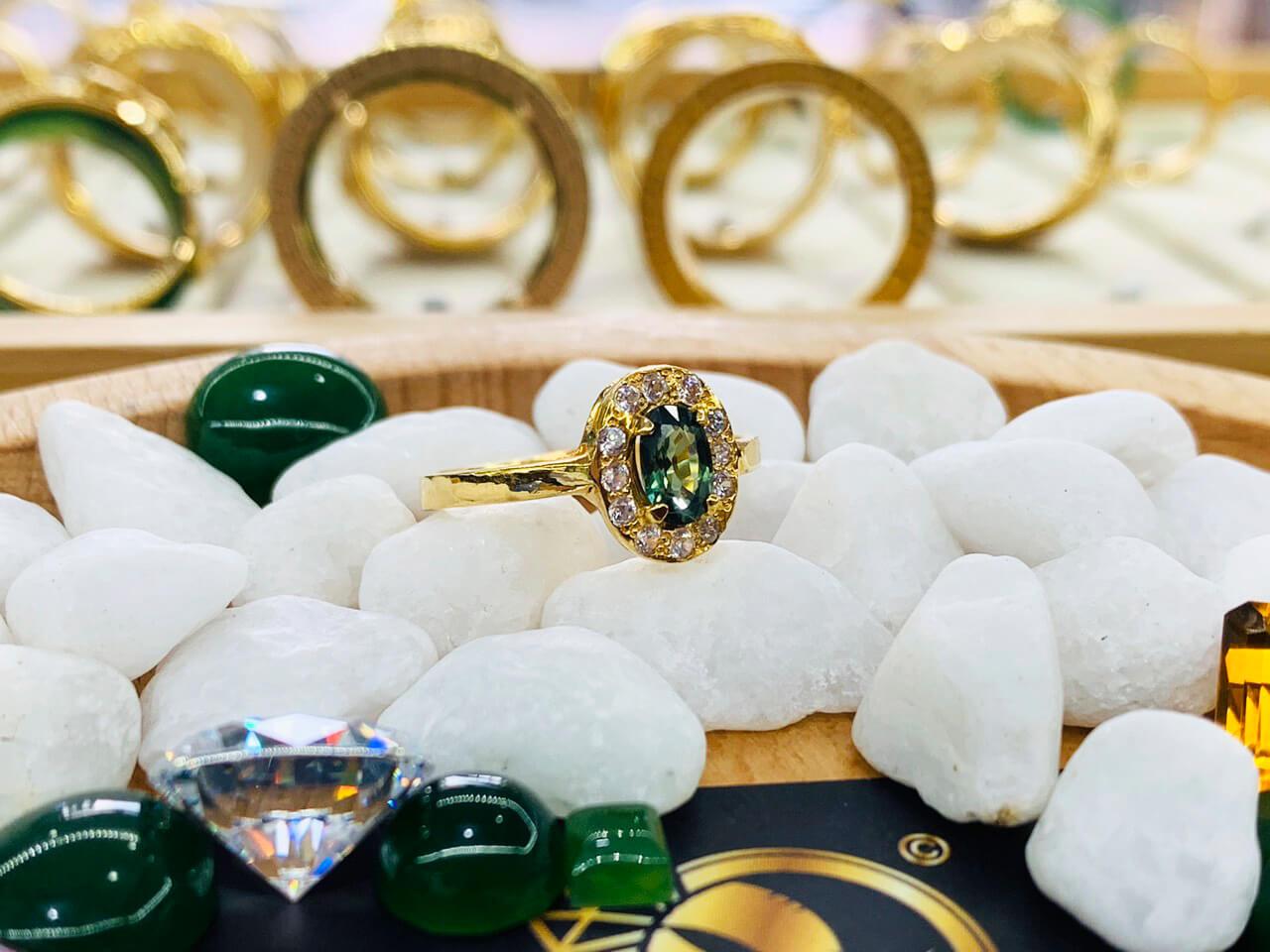 Nhẫn nữ vàng 18K đính Sapphire xanh chuối Phan Thiết độc lạ