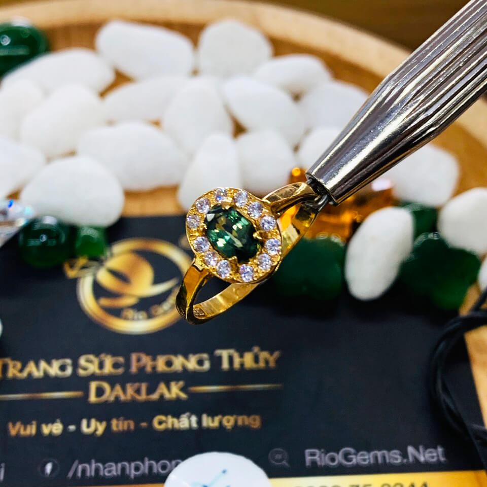 Nhẫn nữ vàng 18K đính Sapphire xanh chuối Phan Thiết đem lại may mắn