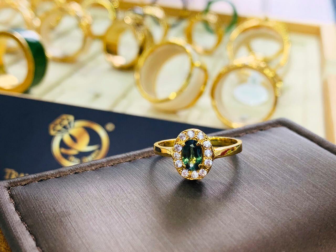 Nhẫn nữ vàng 18K đính Sapphire xanh chuối Phan Thiết đẹp
