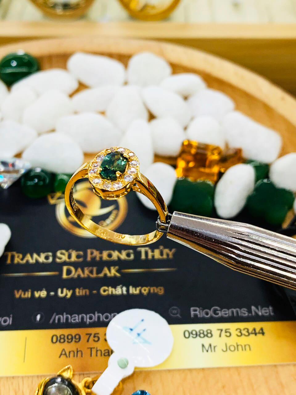 Nhẫn nữ vàng 18K đính Sapphire xanh chuối Phan Thiết cho người làm ăn