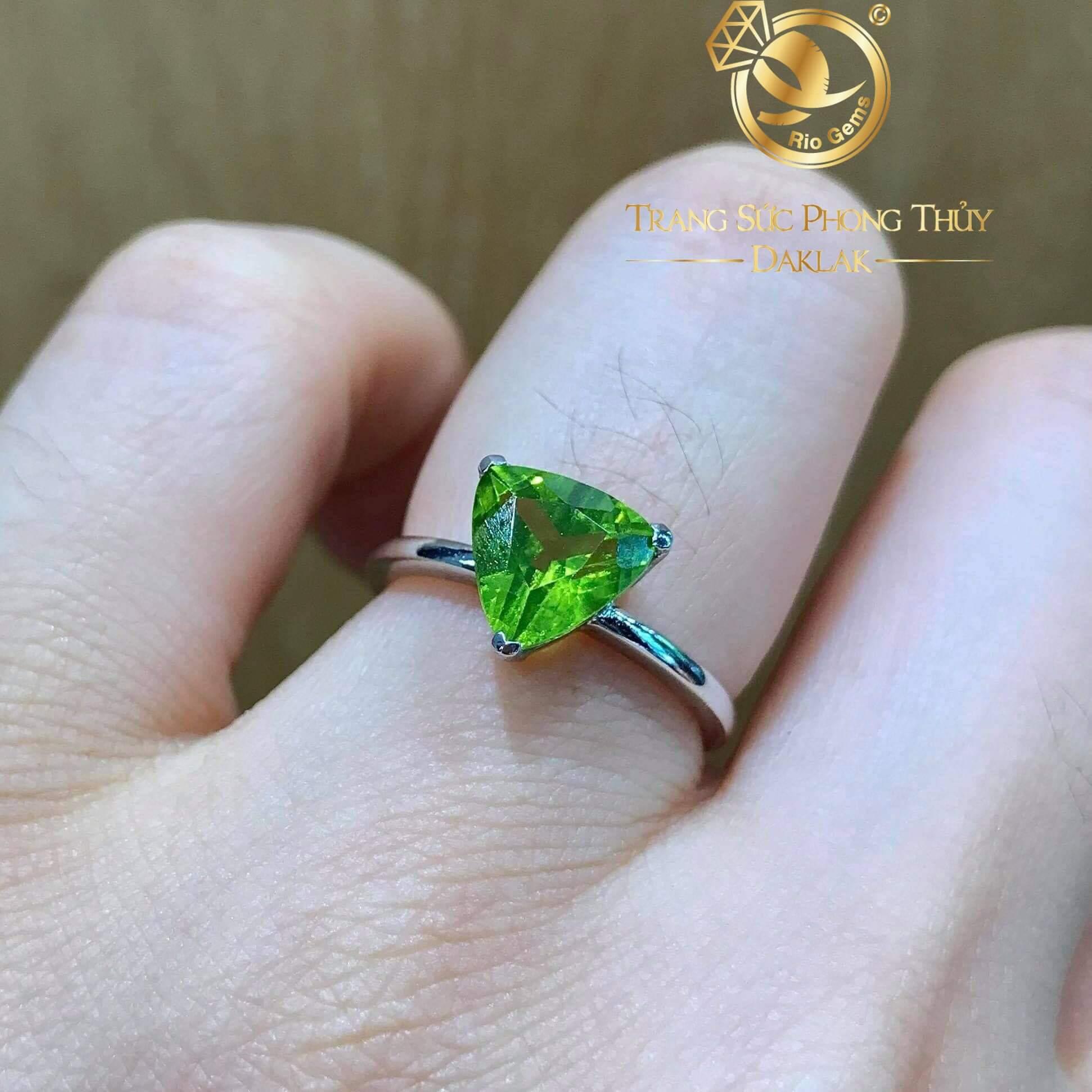 Nhẫn nữ vàng ý đính Peridot tam giác RIOGEMs với sắc xanh quyến rũ mang sự bình yên và thư thái cho tâm hồn