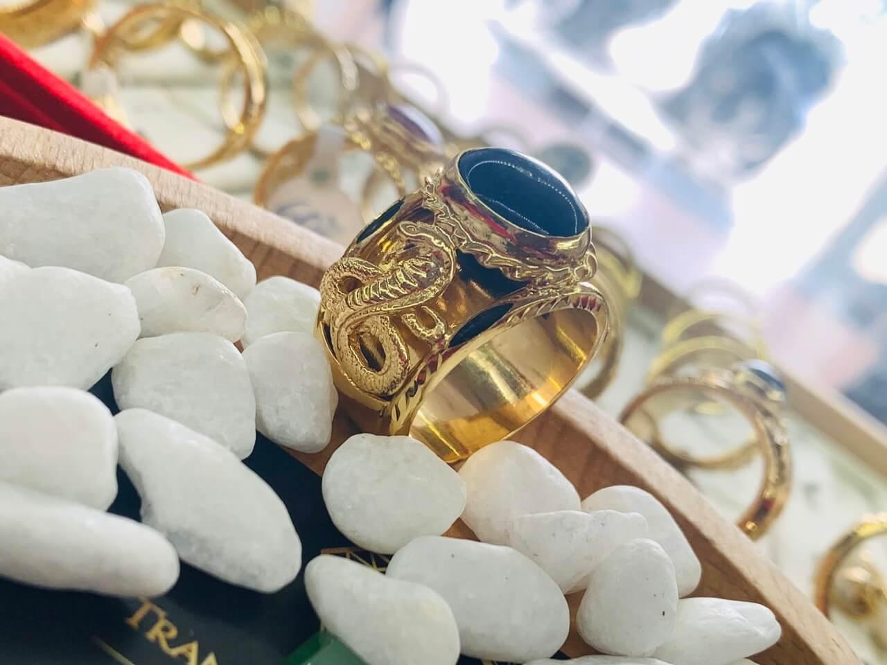Nhẫn phong thủy 2 Rắn vàng chầu ngọc xanh dương được gia công tại RioGems