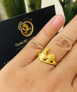 Nhẫn phong thủy nữ tuổi Dậu hình con gà vàng đeo ngón áp út