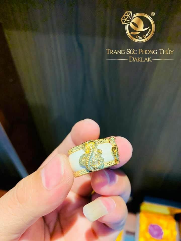 Nhẫn phong thủy tuổi RẮN 2 hoa văn vàng