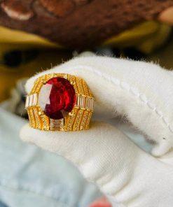 Đá Garnet đính trên thân nhẫn được cắt giác dạng kim cương độc đáo, tinh xảo