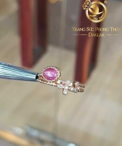 Nhẫn Ruby oval đính thập giá Kim Cương tấm hoàn mỹ, sang trọng