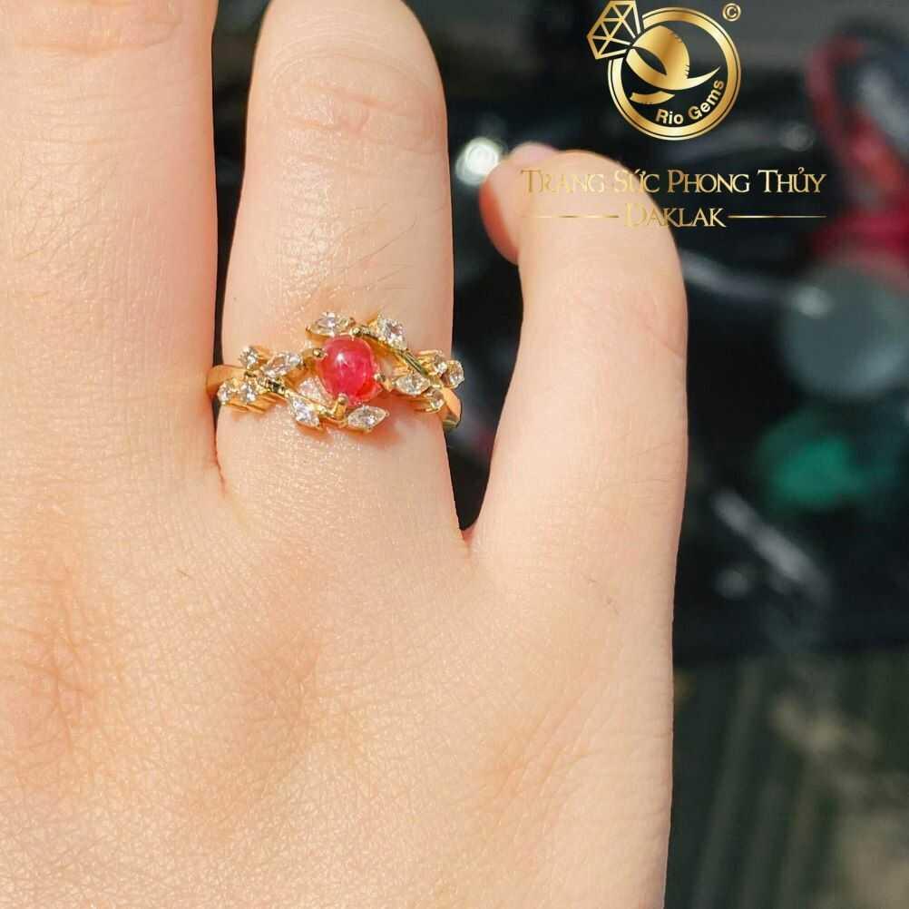 Nhẫn Ruby oval hình lá Vạn Tuế vàng 18K đính Kim Cương sang trọng, xinh xắn