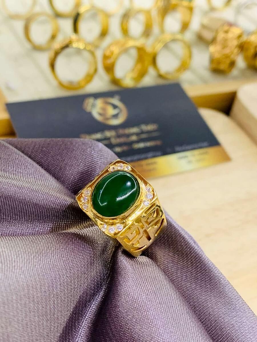 Nhẫn vàng 18K khắc chữ Lộc đính Ngọc Bích Canada gia công đẹp