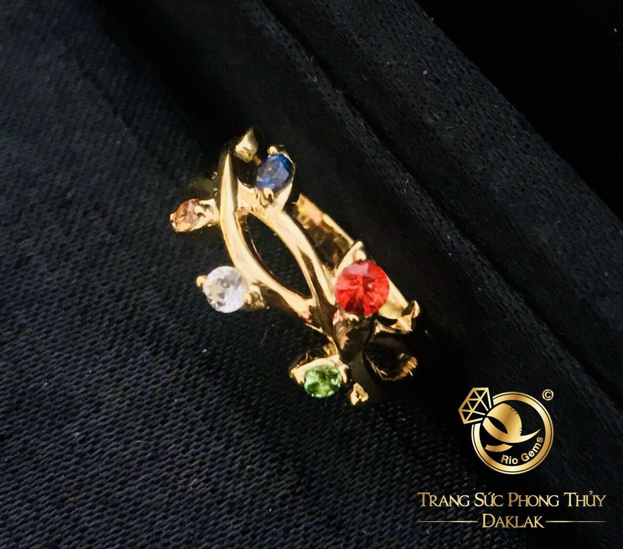 Say đắm với vẻ đẹp quyến rũ của nhẫn vàng ngũ sắc đính Tuocmalink đa sắc