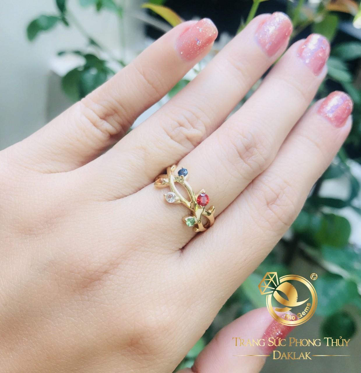Nhẫn vàng ngũ sắc đính Tuocmalink đa sắc sở hữu thiết kế dịu dàng, huyền bí tựa như vẻ đẹp của người con gái