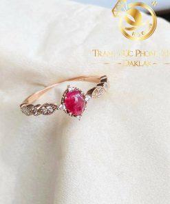 Nhẫn vương niệm vàng đính Ruby oval & tấm Cz trắng RIOGEMs - Biểu tượng của sự quyền lực và tình yêu