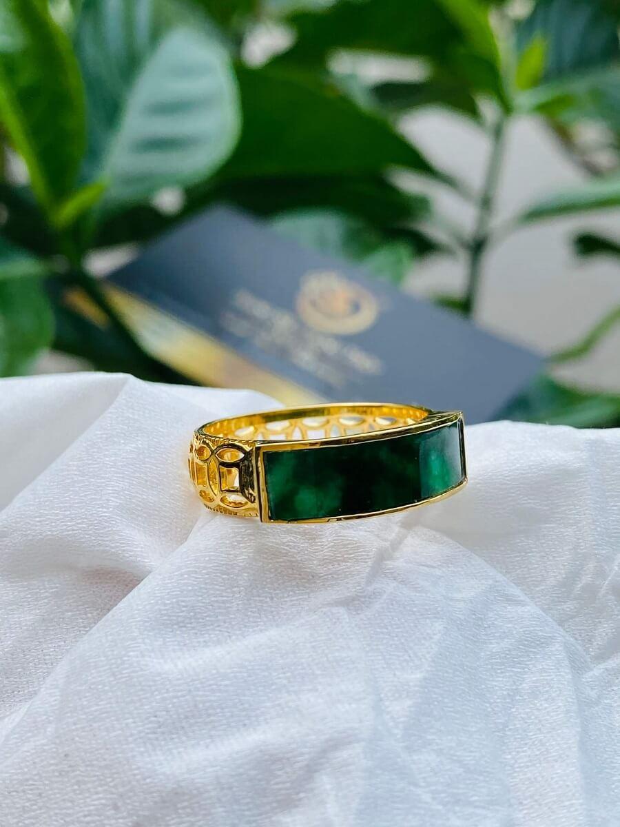 Nhẫn yên ngựa nam vàng 18K đính ngọc Cẩm Thạch Jadeite gia công đẹp
