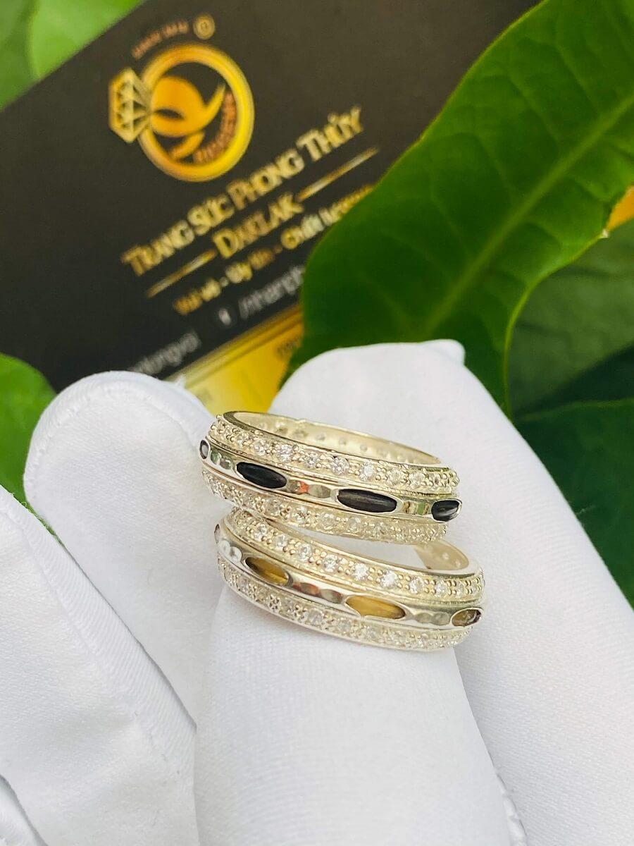Cặp nhẫn bạc 2 hàng đá trắng luồng 1 sợi lông voi đen trắng – HÀNG FAKE phong thủy