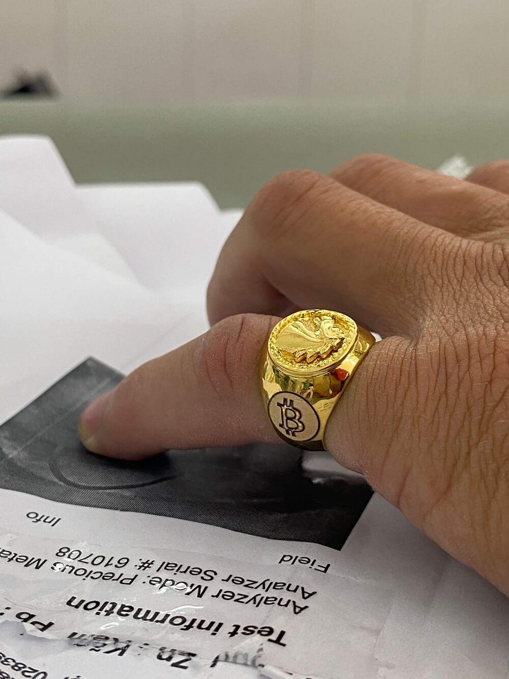 Nhẫn ngựa vàng 3D khắc 2 BITCOIN vàng 18K đeo ngón ÚT chất lượng