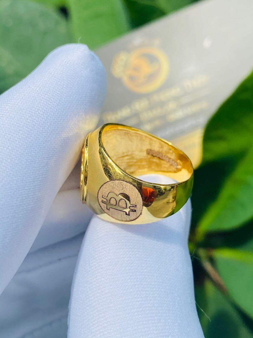 Nhẫn ngựa vàng 3D khắc 2 BITCOIN vàng 18K đeo ngón ÚT đẹp mắt