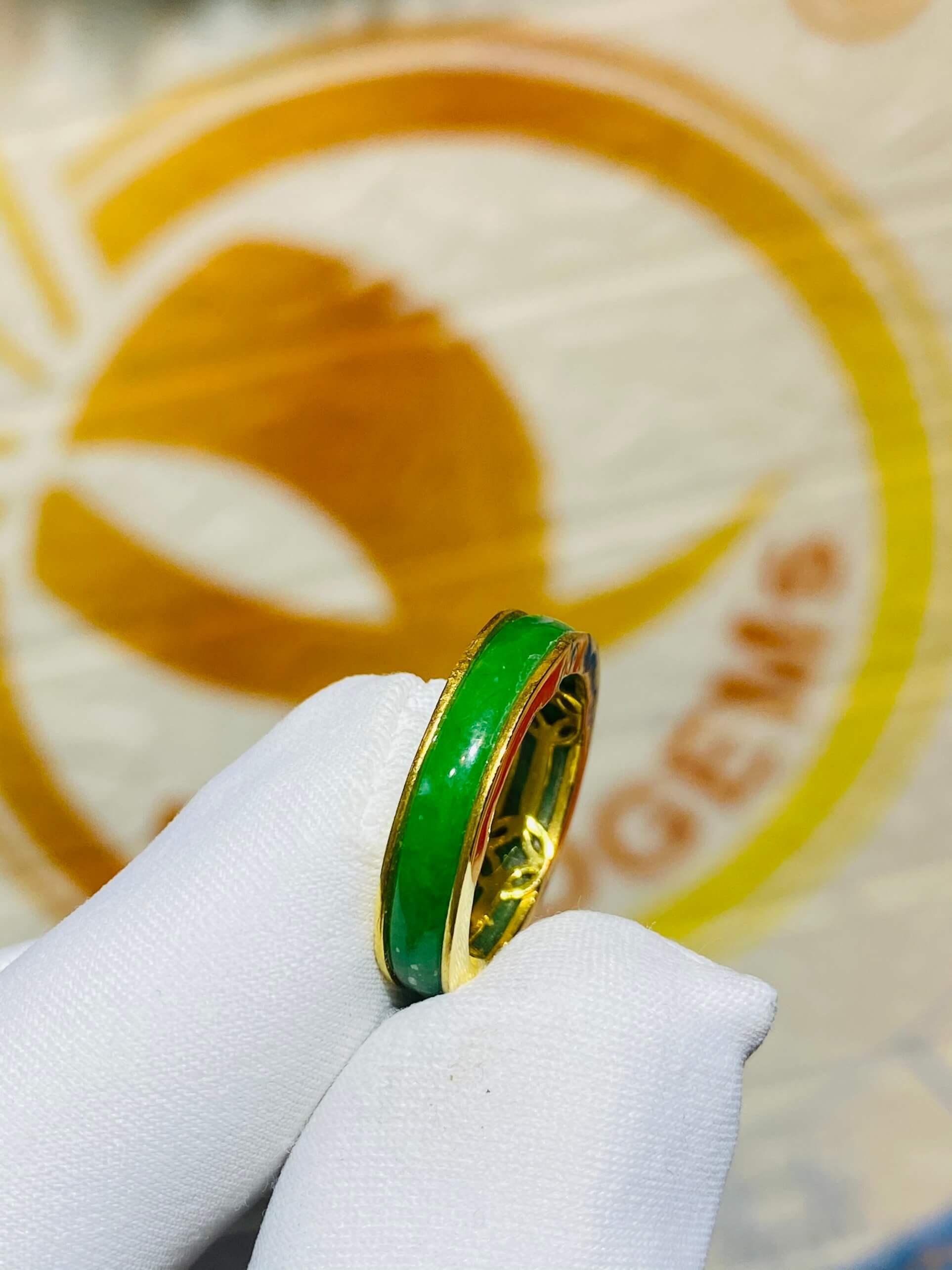 Nhẫn ngọc Jadeite bọc 5 đồng tiền bằng vàng chất