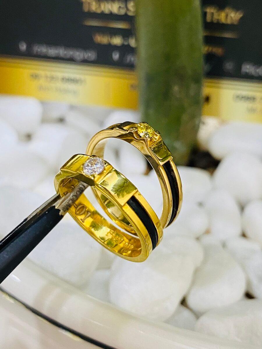 Nhẫn cưới Lông đính đá Cz màu hợp mệnh (lông FAKE) đẹp