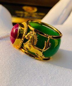 Nhẫn phong thủy nam ngọc Cẩm Thạch bọc Cọp - Ngựa vàng luồng 2 sợi Lông Voi, mặt nhẫn đínhRuby Yên bái hợp mệnh Hỏa - Thổ. Được gai công tại lo gia công Riogems Vàng 18K610 Ngọc Cẩm Thạch Ruby Yên bái 100% Lông Voi Bông Đôn